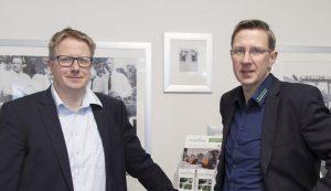 Stefan (l.) und Markus Tenwinkel nahmen bei der Anschaffung der Hallenlüftung KemJet von KEMPER Fördermittel für Absaugtechnik in Anspruch.